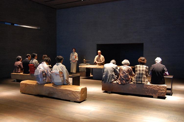 http://www.sagawa-artmuseum.or.jp/blog/%E2%96%A0%E5%91%88%E8%8C%B6%EF%BC%88%E7%82%B9%E5%89%8D%EF%BC%89.jpg