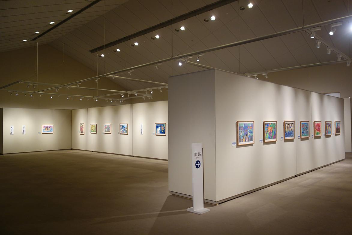 http://www.sagawa-artmuseum.or.jp/blog/%E5%B1%95%E8%A6%A7%E4%BC%9A%E5%85%A8%E4%BD%93%E3%81%AE%E6%A7%98%E5%AD%90.JPG