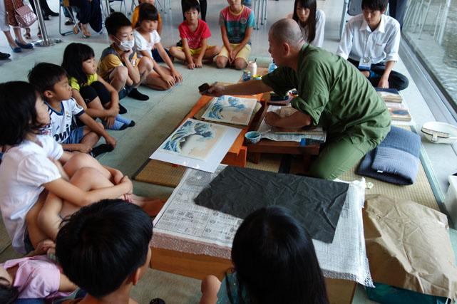 http://www.sagawa-artmuseum.or.jp/blog/%E6%9C%A8%E7%89%88%E6%91%BA%E3%82%8A%E3%81%AE%E5%AE%9F%E6%BC%94%E9%A2%A8%E6%99%AF.jpg