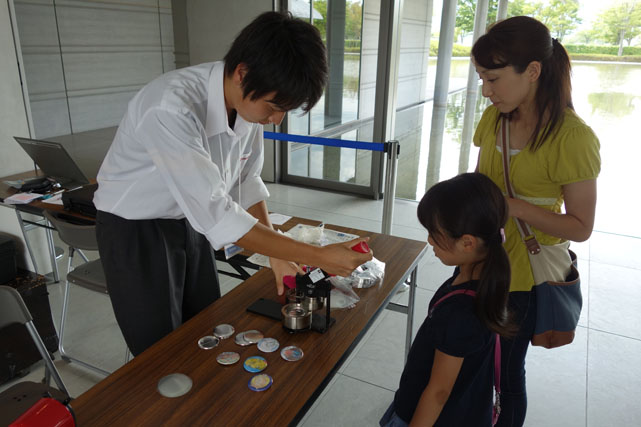 http://www.sagawa-artmuseum.or.jp/blog/%E7%BC%B6%E3%83%90%E3%83%83%E3%82%B8%E3%81%AE%E5%88%B6%E4%BD%9C%E9%A2%A8%E6%99%AF.jpg