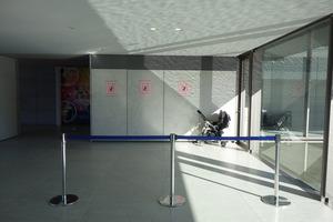 渡り廊下にあるベビーカー置き場
