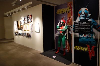 仮面ライダーの立像、イラストや写真パネルを展示