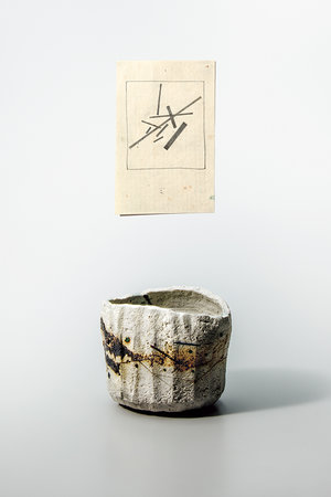 上=《構築 3 h》カジミール・マレーヴィチ  1916年(展示期間:9/14-11/14)、下=《焼貫白樂茶碗 巌石   銘 素》十五代樂吉左衞門・直入  2021年
